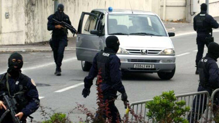 La police française arrête le chef du clan Facchineri , en fuite depuis 15 ans, à Cannes, le 2 septembre 2002. © REUTERS