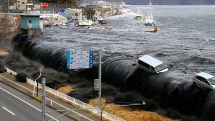 Une vague du tsunami submergeant la ville de MIyako (Préfecture d'Iwate), au Japon, le 11 mars 2011. © REUTERS