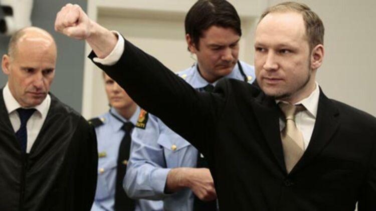 Une fois ses menottes ôtées à l'ouverture de son procès le 16 avril 2012, Anders Behring Breivik a fait un salut d'extrême-droite. © REUTERS