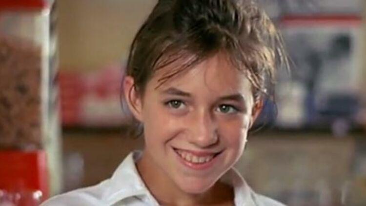 Charlotte Gainsbourg joue Charlotte, jeune adolescente de 13 ans, dans l'Effrontée (1985) de Claude Miller. Capture d'écran de la bande annonce sur Youtube.