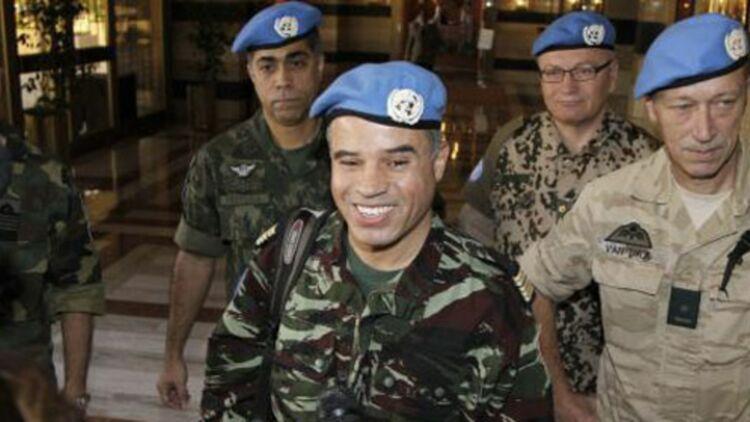 Des militaires de l'ONU accueillent une équipe d'observateurs à Damas, le 15 avril 2012. © REUTERS