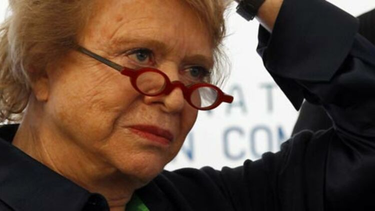 Éva Joly, candidate EELV à la présidentielle, a été admise à l'hôpital Cochin après être tombée dans un escalier à la sortie d'un cinéma de Montparnasse, à Paris, dimanche 1er avril. © REUTERS