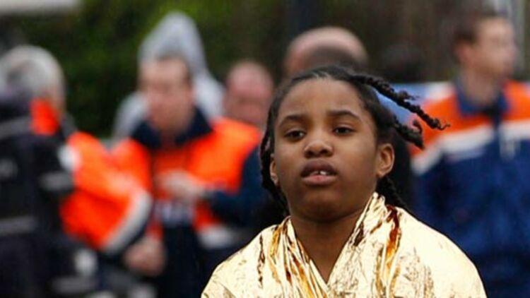 Une petite fille quitte le site de l'accident qui a frappé une communauté évangélique, à Stains le 8 avril 2012. © REUTERS.
