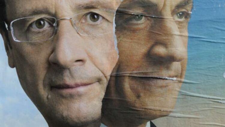 Les deux affiches électorales de François Hollande et Nicolas Sarkozy, déchirées, sur un mur de Paris. Avril 2012 © REUTERS