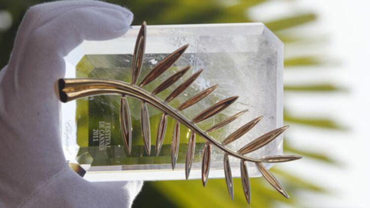 Un représentant du joaillier Chopard présente la Palme d'or 2011. © REUTERS.