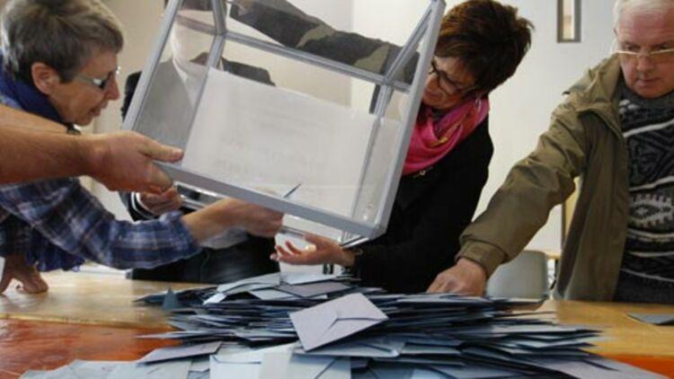 Premiers décomptes des voix dans un bulletin de vote à Strasbourg. 22 avril 2012. © REUTERS