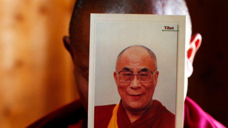 Un moine tibétain tient une photo du dalaÏ-lama, dans le monastère de Labrang, dans la province chinoise du Gansu, le 21 février 2012. © REUTERS