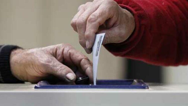 Un électeur déposant son bulletin de vote dans l'urne © Reuters