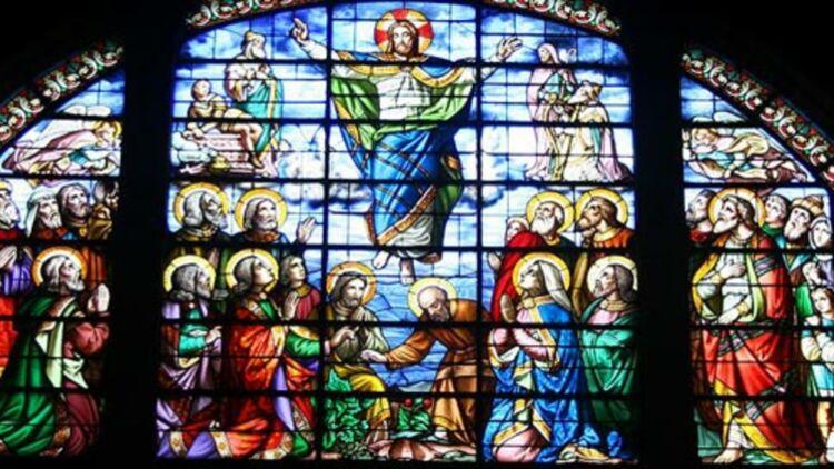 Ascension de Jésus Christ représentée sur un vitrail de l'église Notre-Dame de Bon-Port (Nantes). Wikimedia Commons.