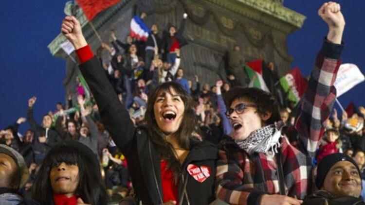 Des partisans de François Hollande célèbrent sa victoire, place de la Bastille, le 6 mai 2012. © REUTERS
