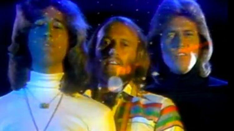 """Robin Gibb, à gauche, avec ses frères Maurice et Barry Gibb, formant le trio des Bee Gees. Capture d'écran du clip """"Night Fever"""" (via Youtube)."""