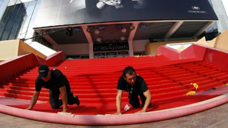 Les techniciens déroulent le tapis rouge pour la 65e édition du festival de Cannes, qui débute le 16 mai 2012. © REUTERS