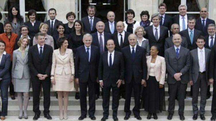 Le gouvernement Ayrault pose pour la photo officielle sur le perron du jardin de l'Elysée, le 17 mai 2012. © REUTERS.
