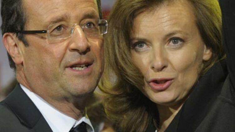 François Hollande et sa compagne, Valérie Trierweiler, lors de la célébration de sa victoire à la Bastille (Paris), le 6 mai 2012. © REUTERS
