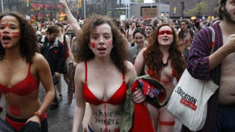 Des étudiants manifestent en petite tenue à Montréal, contre la hausse des frais de scolarité, le 4 mai 2012. © REUTERS