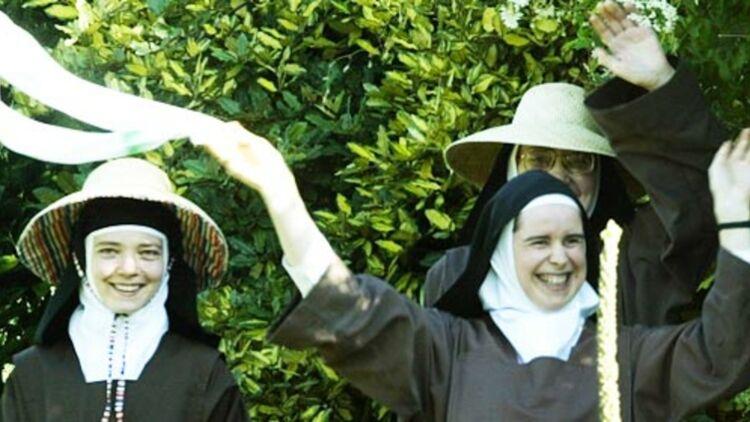 Le Vatican vient de rendre public un texte établissant des critères pour reconnaître officiellement un miracle. Sur la photo, des religieuses saluant le pape Jean-Paul II à Lourdes, 2004. © REUTERS