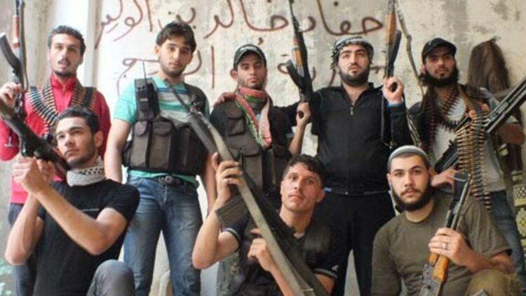 Des membres d'un groupe rebelle syrien posent avec leurs armes. Des milliers de documents révélés par Wikileaks montrent qu'une firme italienne spécialisée dans les hautes technologies aurait aidé le gouvernement syrien à réprimer la rébellion. © REUTERS