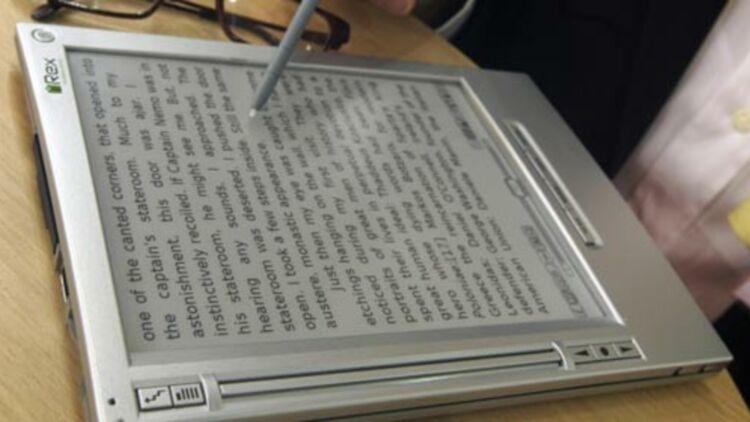 Un client essaie la liseuse numérique iRex iLiad, à la foire du livre de Francfort, le 18 octobre 2008. © REUTERS