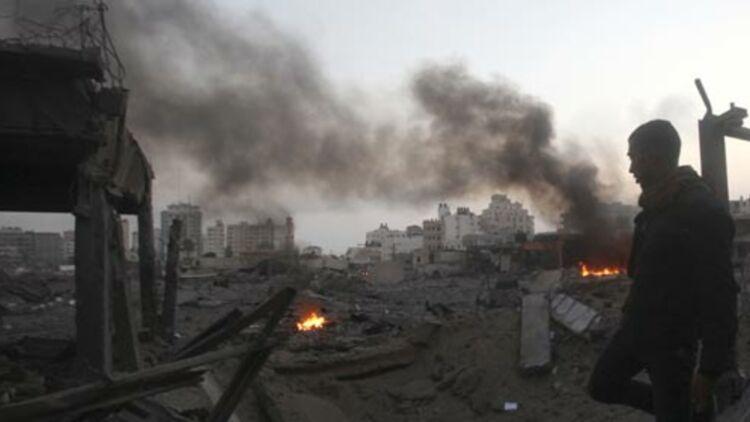 Un Palestinien marche dans une zone de sécurité du Hamas détruite par un raid aérien israélien, à Gaza, le 19 novembre 2012. © REUTERS