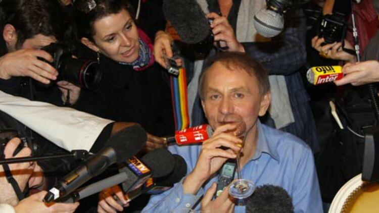 L'écrivain Michel Houellebecq, au restaurant Drouant, après avoir reçu le prix Goncourt le 8 novembre 2010. L'auteur a aussi reçu le prix Interallié en 2005, le prix de Flore en 1996 et le prix Novembre en 1998. © REUTERS