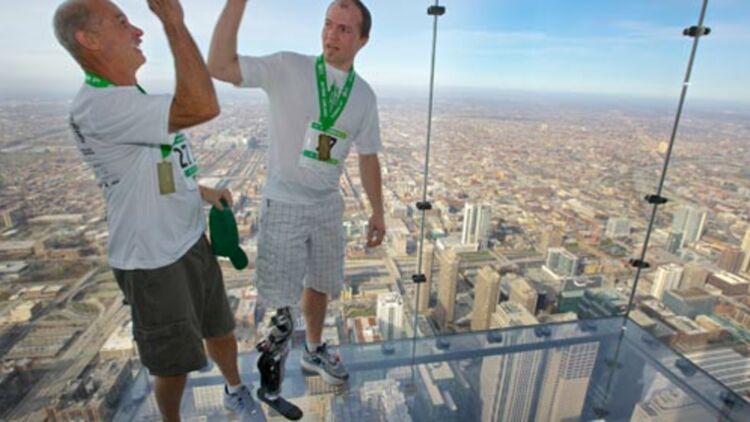 Zac Vawter fête avec son père(à gauche) son ascension de la Willis Tower grâce à sa jambe bionique, le 4 novembre 2012 © REUTERS