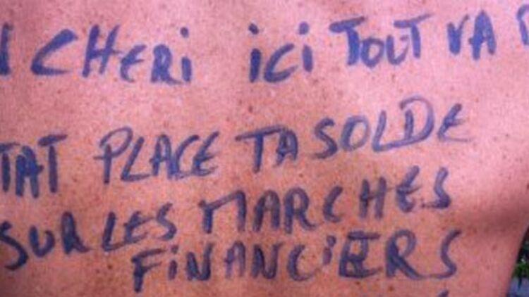 """""""Chéri, ici, tout va bien, l'État place ta solde sur les marchés financiers..."""" peut-on lire sur le dos d'une des femmes de soldats du groupe Facebook """"Un paquet de gauloises"""". Photo via Facebook."""