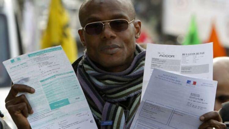 Un travailleur illégal en France montre son bulletin de paie et son avis d'impôts sur le revenu, en février 2010. © REUTERS