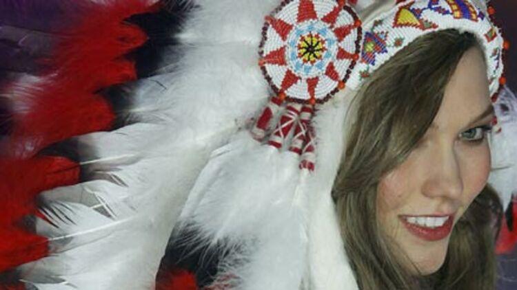 Le mannequin Karlie Kloss et sa coiffe amérindienne lors du défilé Victoria's Secret du 7 novembre à New York. © REUTERS