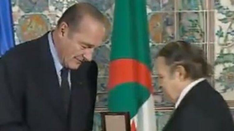 Jacques Chirac remet le sceau du dey Hussein à Abdelaziz Bouteflika, le 2 mars 2003, à Alger. capture d'écran d'une vidéo sur Youtube.