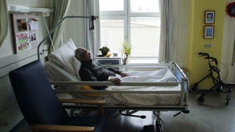 Un homme souffrant de la maladie d'Alzheimer et refusant de se nourrir dort, le jour précédent son euthanasie, dans une clinique des Pays-Bas. © REUTERS