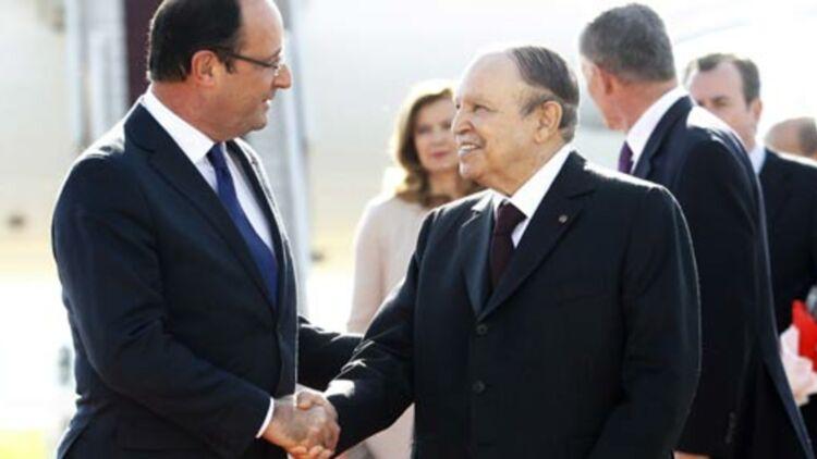 Le Président François Hollande serre la main du Président algérien Abdelaziz Bouteflika à son arrivée à l'aéroport d'Alger le 19 décembre 2012. © REUTERS