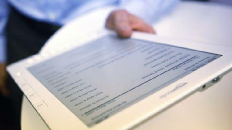 Un homme lisant sur un Kindle, à New York, le 6 mai 2009. © REUTERS