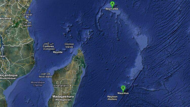 """Le microcontinent """"Mauritia"""" serait situé à 10km en profondeur sous l'île Maurice et une bande de l'océan indien. Il y a des millions d'années, il était rattaché à l'actuelle île de Madagascar. Les îles de Seychelles pourraient aussi être des fragments du continent préhistorique Mauritia ! Image Googlemaps."""