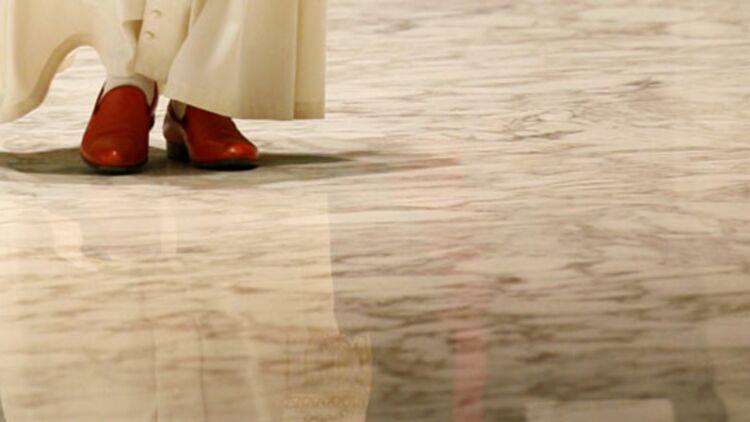 Benoît XVI, chaussé de ses souliers rouges, arrive pour son audience spéciale avec les pèlerins du diocèse d'Amalfi, au Vatican, le 22 novembre 2008. © REUTERS