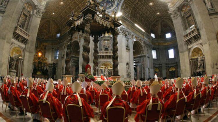"""Les cardinaux réunis lors de la messe """"pro eligendo pontifice"""" dans la basilique Saint-Pierre de Rome, le 12 mars 2013. © REUTERS"""