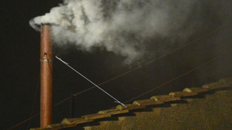 De la fumée blanche s'élève au dessus de la chapelle Sixtine, le 13 mars 2013 vers 19h05. Un nouveau pape vient d'être élu. © REUTERS