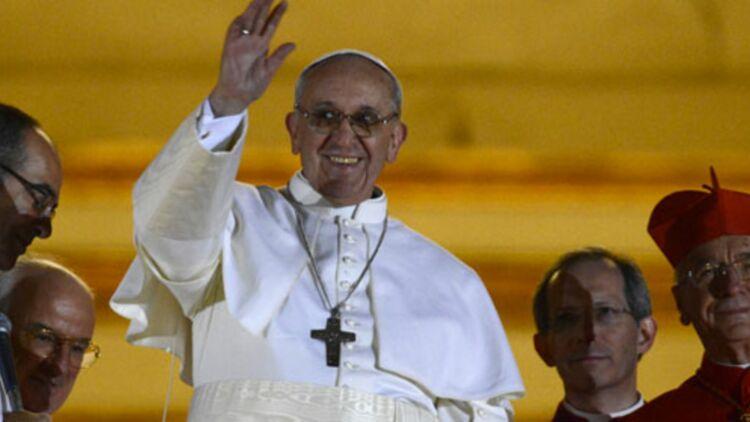 Le pape François, nouvellement élu, salue ses fidèles depuis un balcon de la Basilique Saint-Pierre de Rome, le 13 mars 2013. © REUTERS