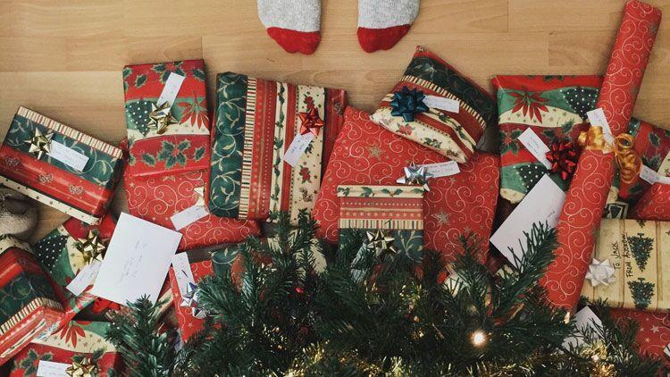cadeaux, paquets cadeaux, Noëll, bolduc, ruban, chaussettes, sapin