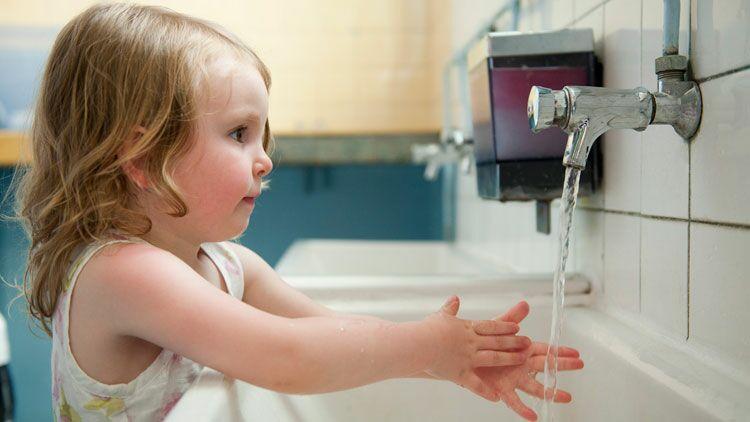 lavage des mains, fillette, savon, hygiène, eau