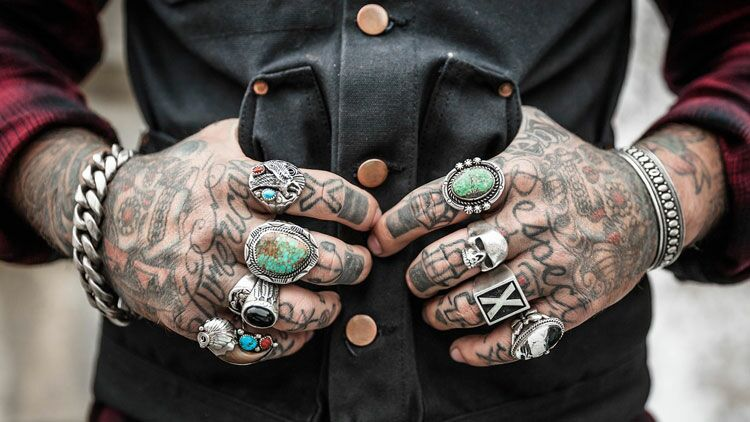 mains, tatouages