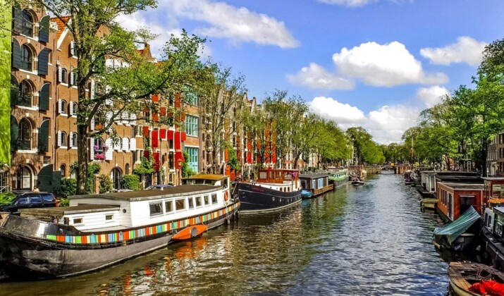 Mais pourquoi les pots de fleurs remplacent-ils les vélos sur les ponts d'Amsterdam ?