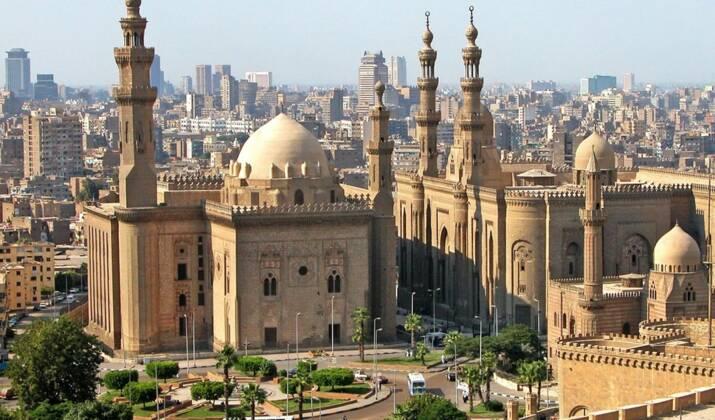 """Au Caire, la """"Cité des morts"""", joyau architectural du XVe siècle, reprend vie"""