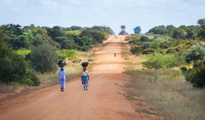 Sur la rivière mozambicaine Buzi, l'aide humanitaire au compte-goutte