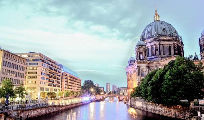 VIDÉO - A Berlin, une banque transformée en temple éphémère du street art