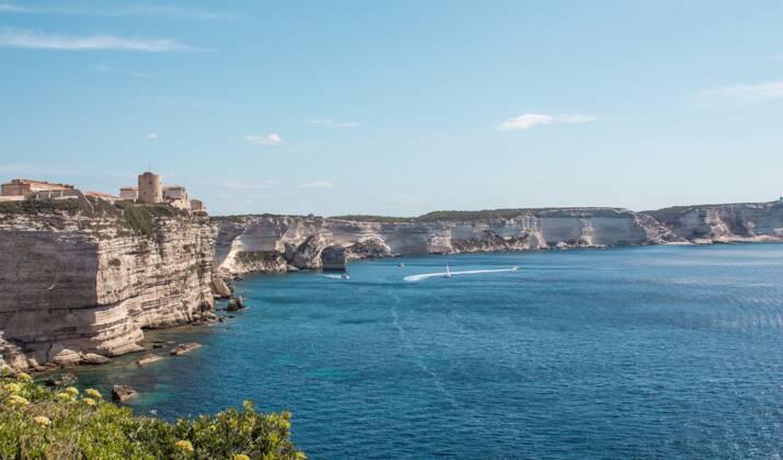 """Corse: deux hélicoptères en renfort pour venir à bout d'un incendie encore """"très actif"""""""