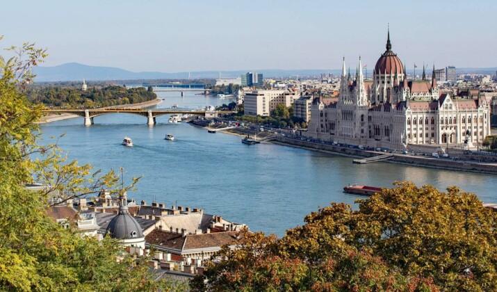 En Hongrie, une drôle de course en bateaux conçus à partir de déchets plastiques