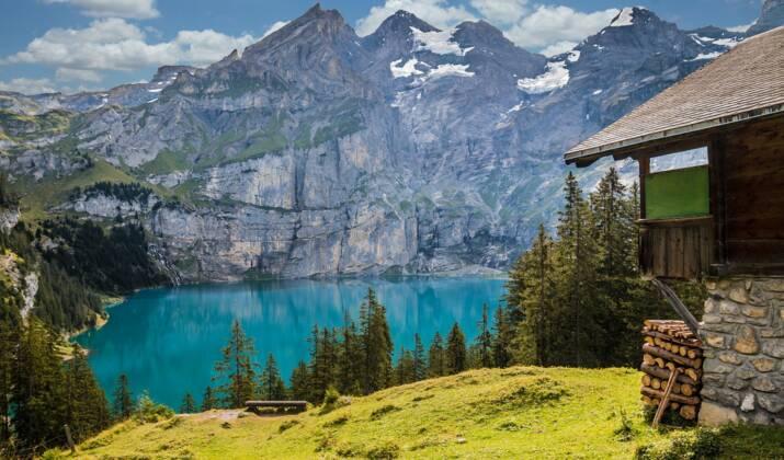 VIDÉO - Dormez dans un lit double à la belle étoile dans les Alpes