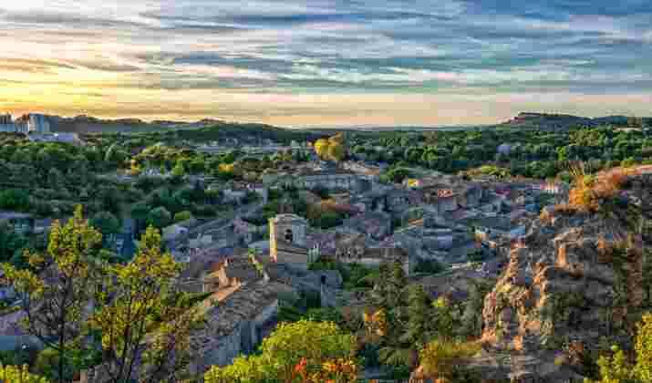En Provence, un parc éolien près de la montagne Sainte-Victoire divise