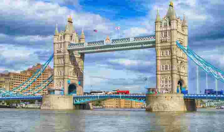 Londres : une piscine transparente et suspendue dans le vide ouvre ses portes