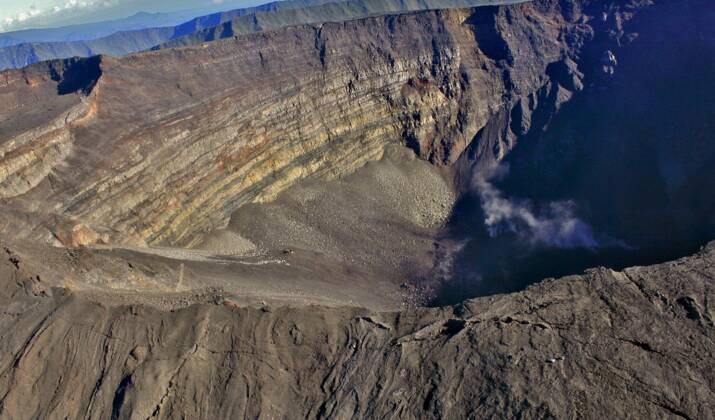 VIDÉO - A La Réunion, le Piton de la Fournaise en éruption